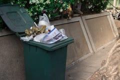 Abfalleimer auf dem Bürgersteig, der mit überschüssigem und bereit zu sein überläuft Lizenzfreie Stockfotos