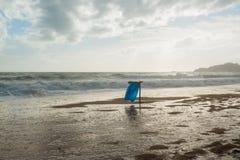 Abfalleimer auf dem Strand Stockbild