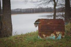 Abfalleimer auf der Flussbank Stockfoto