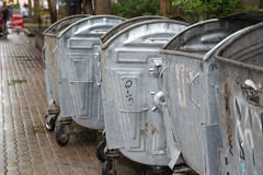 Abfalleimer auf der Straße Stockfoto