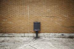 Abfalleimer auf Straße Stockfotografie