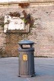 Abfalleimer der Stadt BORGO auf der äußeren Wand Vatikans Stockfotos