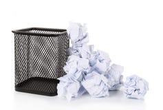 Abfalleimer mit zerknittertem Papier Stockbild