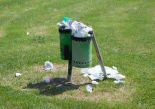 Abfalleimer voll in einem Park im Freien Lizenzfreie Stockbilder