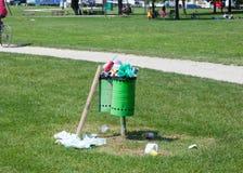 Abfalleimer voll in einem Park im Freien Stockbild