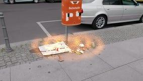 Abfallflecken aus überfülltem Abfalleimer mit der Mischung orange zukünftigen Computerscan-Effekt Transportwagens/des Kardanring- stock footage