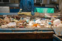 Abfallsortieranlage Arbeitskraftvorartabfall stockfotografie
