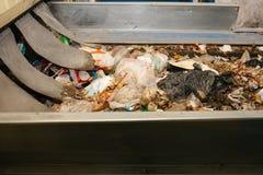 Abfallsortieranlage Förderer, auf dem Abfall sich verschiebt lizenzfreies stockbild