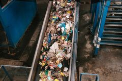 Abfallsortieranlage Förderer, auf dem Abfall sich verschiebt lizenzfreie stockbilder