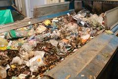 Abfallsortieranlage Förderer, auf dem Abfall sich verschiebt lizenzfreie stockfotos