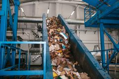 Abfallsortieranlage Förderer, auf dem Abfall sich verschiebt stockbild