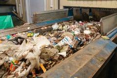 Abfallsortieranlage Förderer, auf dem Abfall sich verschiebt lizenzfreies stockfoto