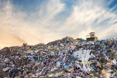 Abfallstapel im Abfalldump oder -müllgrube Ölbarrel und Weltkarte Stockfotos