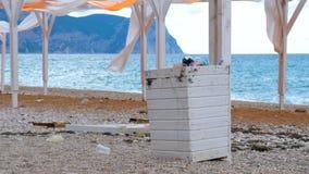 Abfallstauraum auf dem Strand stock video