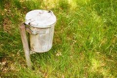 Abfallstauraum im Gras Lizenzfreie Stockbilder