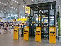 Abfertigung an Flughafen Schiphol Amsterdam, Holland Stockfotos