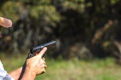 Abfeuern einer Pistole Lizenzfreies Stockfoto