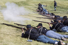 Abfeuern ihrer Waffen in Vorbereitung auf Kampf Lizenzfreie Stockbilder