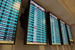 Abflüge am Flughafen Stockfotos