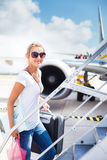 Abflug - junge Frau an einem Flughafen Lizenzfreies Stockbild
