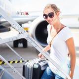 Abflug - junge Frau an einem Flughafen Lizenzfreie Stockfotografie