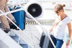 Abflug - junge Frau an einem Flughafen Stockfoto