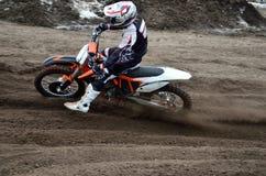 Abflug mit Beschleunigung aus Kurve Motocross heraus Stockbild