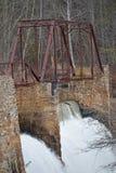 Abflusskanal der jahrhundertalten Verdammung und Binder der verlassenen Brücke Stockfotos