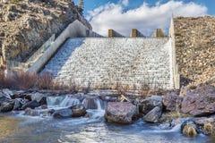 Abflusskanal des Gebirgsreservoirs Stockfoto