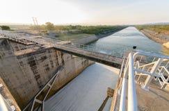 Abflusskanal des Verdammungstors auf Morgen, die Verdammung PAs Sak Cholasit Lizenzfreies Stockbild