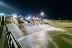 Abflusskanal des Verdammungstors auf Nacht, Verdammung PAs Sak Cholasit Stockfoto