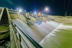 Abflusskanal des Verdammungstors auf Nacht, Verdammungs-Projekt PAs Sak Cholasit Lizenzfreie Stockfotografie