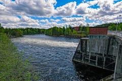 Abflusskanal des Wasserkraftwerks Stockfotos