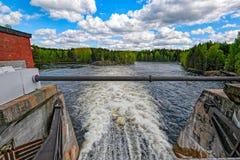 Abflusskanal des Wasserkraftwerks Stockfotografie