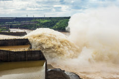 Abflusskanal an Itaipu-Verdammung, auf der Grenze von Brasilien und von Paraguay Stockbilder