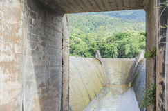 Abflusskanal und der Berg Lizenzfreie Stockbilder