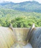 Abflusskanal und der Berg Lizenzfreies Stockfoto