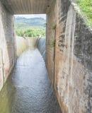 Abflusskanal und der Berg Stockbild