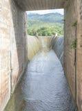 Abflusskanal und der Berg Stockfotografie