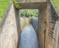 Abflusskanal und der Berg Lizenzfreies Stockbild