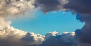 Abflussrinnenweißwolken des blauen Himmels Stockfoto