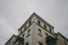 Abflussrohr auf der Ecke des Gebäudes Stockfoto