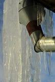 Abflussrohr bedeckt mit Eis Lizenzfreie Stockbilder