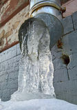Abflussrohr mit gefrorenem Wasser Stockfotos