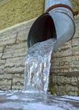 Abflussrohr mit gefrorenem Wasser Lizenzfreies Stockfoto