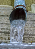 Abflussrohr mit gefrorenem Wasser Lizenzfreie Stockbilder