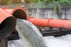 Abflussrohr mit Wasser, das in den Fluss fließt Wasser pollutio Lizenzfreies Stockfoto