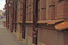 Abflussrohre auf einem Backsteinbau Lizenzfreies Stockbild