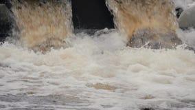 Abflussrohre, Umweltverschmutzung Ableitungshochwasserschutz Umweltfreundliches Transportmittel und erneuerbare Energie stock footage