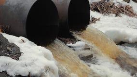 Abflussrohre, Umweltverschmutzung Ableitungshochwasserschutz Umweltfreundliches Transportmittel und erneuerbare Energie stock video footage